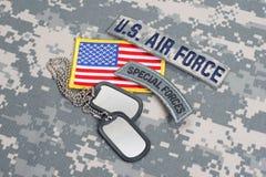 KIEV UKRAINA - May 02 flik för specialförband för USA-ARMÉ med tomma hundetiketter på kamouflagelikformign royaltyfri foto