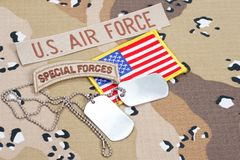 KIEV UKRAINA - May 02 flik för specialförband för USA-ARMÉ med tomma hundetiketter på kamouflagelikformign arkivbild