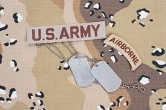 KIEV UKRAINA - May 02 luftburen flik för USA-ARMÉ med tomma hundetiketter på kamouflagelikformign arkivbilder