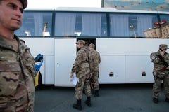 KIEV UKRAINA - May 19 2015: Militära militärer och kvinnor från 'den Sich' batallionen Arkivbild