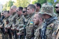 KIEV UKRAINA - May 19 2015: Militära militärer och kvinnor från 'den Sich' batallionen Royaltyfri Bild