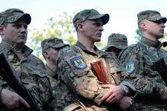KIEV UKRAINA - May 19 2015: Militära militärer och kvinnor från 'den Sich' batallionen Royaltyfria Bilder