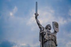 Kiev Ukraina 8 04 2019 Monumentet f?derneslandet med sv?rdet och br?det fr?n metall ?r fr?n USSR stor staty royaltyfria bilder