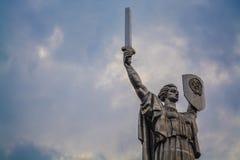 Kiev Ukraina 8 04 2019 Monumentet f?derneslandet med sv?rdet och br?det fr?n metall ?r fr?n USSR stor staty royaltyfri fotografi