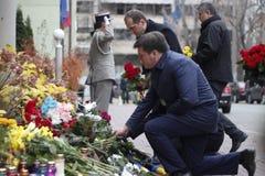 KIEV UKRAINA - November 14, 2015: Folket lägger blommor på den franska ambassaden i Kiev i minnet av offerterrorattackerna i Pari Arkivfoton
