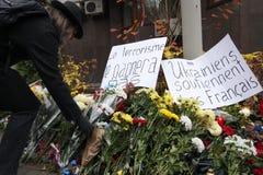 KIEV UKRAINA - November 14, 2015: Folket lägger blommor på den franska ambassaden i Kiev i minnet av offerterrorattackerna i Pari Royaltyfri Bild