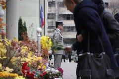 KIEV UKRAINA - November 14, 2015: Folket lägger blommor på den franska ambassaden i Kiev i minnet av offerterrorattackerna i Pari Arkivbilder