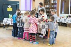 Kiev Ukraina November 13 2017 Skolbarn och en lärare i en teckningsgrupp Royaltyfri Fotografi
