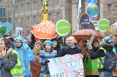 KIEV UKRAINA - November 29, 2015: Ukrainare tar en del i den ukrainska globala klimatmars Royaltyfri Fotografi