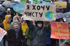 KIEV UKRAINA - November 29, 2015: Ukrainare tar en del i den ukrainska globala klimatmars Royaltyfria Bilder