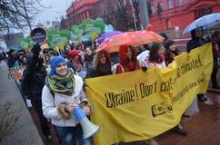 KIEV UKRAINA - November 29, 2015: Ukrainare tar en del i den ukrainska globala klimatmars Royaltyfri Foto