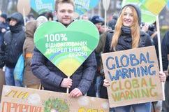 KIEV UKRAINA - November 29, 2015: Ukrainare tar en del i den ukrainska globala klimatmars Arkivfoto