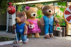 KIEV UKRAINA, 19 Oktober: björnar nära show-fönstret av den Roshen märkeskonfekten shoppar Roshen Konfekt Korporation arkivbilder