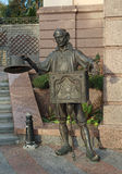 Kiev Ukraina - Oktober 02, 2015: Bronsstaty av teckenet från sagan Papa Carlo Royaltyfri Bild