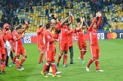 Kiev UKRAINA - OKTOBER 19, 2016: Fotbollsspelare för SL Benfica tackar Royaltyfri Bild