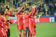 Kiev UKRAINA - OKTOBER 19, 2016: Fotbollsspelare för SL Benfica tackar Arkivbilder