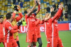 Kiev UKRAINA - OKTOBER 19, 2016: Fotbollsspelare för SL Benfica tackar Royaltyfri Fotografi