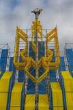 Kiev Ukraina - Oktober 14, 2017: Iinstallation av det nationella emblemet och statyn av Bereginya Arkivfoto