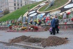 Kiev Ukraina - Oktober 22, 2014: Minnesmärken till de dödade under revolutionen av 2014 gatan Institutska Arkivbilder