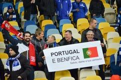 Kiev UKRAINA - OKTOBER 19, 2016: Supportrar för SL Benfica med plakatet Royaltyfri Bild