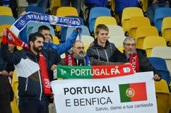 Kiev UKRAINA - OKTOBER 19, 2016: Supportrar för SL Benfica med plakatet Royaltyfri Fotografi