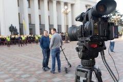 Kiev Ukraina - Oktober 18, 2017: Televisionkameror på fyrkanten framme av parlamentbyggnaden under täckningen av Arkivfoton