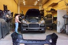 Kiev Ukraina - September 2, 2016: Bilservice Förlage i garagereparationen Porsche Cayenne arkivbilder