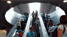 KIEV UKRAINA - SEPTEMBER 6, 2018: folket förbigår rulltrappan på flygplatsen, timelaps arkivfilmer