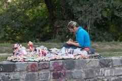 Kiev Ukraina - September 17, 2015: Kvinnan gör och säljer handgjorda dockor Royaltyfria Foton