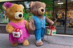 Kiev Ukraina - September 29, 2017: Roliga björnar på show-fönstret av konfekten shoppar royaltyfria foton
