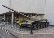 Kiev Ukraina - September 18, 2015: Sovjetisk behållare T-62 - en utställning av museet Royaltyfri Bild