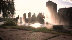 Kiev Ukraina springbrunnar på banken av floden stock video