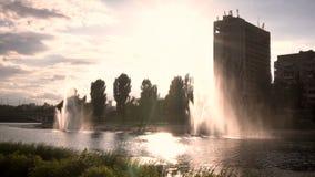 Kiev Ukraina springbrunnar på banken av floden arkivfilmer