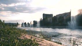 Kiev Ukraina springbrunnar på banken av floden lager videofilmer