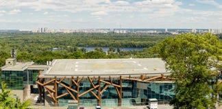 Kiev Ukraina, 8th av Juni 2017 Sikten av helipaden på ett tak av byggnad för CEC PARKOVY i en stad parkerar med den panorama- Kie Royaltyfri Bild