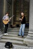 04 18 Kiev 2019 Ukraina Tv? gatamusiker En gitarrist och den andra violinisten p? bakgrunden av d?rrarna av synagen arkivbilder
