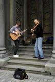 04 18 Kiev 2019 Ukraina Tv? gatamusiker En gitarrist och den andra violinisten p? bakgrunden av d?rrarna av synagen fotografering för bildbyråer