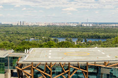 Kiev, Ukraine, 8ème de juin 2017 Vue d'héliport sur un dessus de toit du bâtiment de CCE PARKOVY en parc de ville avec la vue pan Photographie stock libre de droits