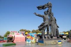 KIEV, UKRAINE - 8 AOÛT 2015 : Le monument soviétique a consacré à l'amitié de Russe-Ukrainien sous la voûte d'amitié du ` s de pe Photos libres de droits