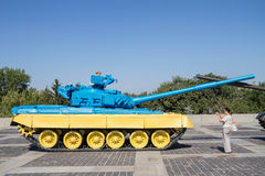 KIEV, UKRAINE - 9 AOÛT 2015 : Le réservoir T55 russe a capturé en Ukraine orientale par l'armée ukrainienne peinte avec le colo u Photos stock