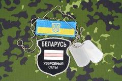 KIEV, UKRAINE - août 2015 Volontaires biélorusses dans l'armée de l'Ukraine Guerre de la Russe-Ukraine 2014 - 2015 Badg uniforme  Image stock