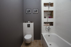 KIEV, UKRAINE - 22 août 2016 : l'intérieur d'une salle de bains avec un petit secteur avec une tuile et un gris blancs a peint de photographie stock libre de droits