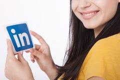KIEV, UKRAINE - 22 août 2016 : La femme remet juger le signe d'icône de Linkedin imprimé sur le papier sur le fond blanc Linkedin Image stock