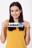 KIEV, UKRAINE - 22 août 2016 : La femme remet juger le signe de logo de Linkedin imprimé sur le papier sur le fond blanc Linkedin Image libre de droits