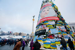KIEV, UKRAINE : Arbre de Noël énorme avec des bannières, des drapeaux et des affiches sur la rue principale occupée par des démons Photos stock