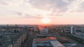 kiev ukraine 21 augustus, 2017 Internationaal tentoonstellingscentrum Luchtmening bij zonsopgang stock afbeelding