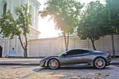Kiev, Ukraine 20 avril 2013 ; Grey Ferrari F430 sur le fond de mur image stock
