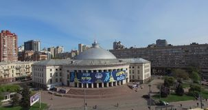 KIEV, UKRAINE - 18 avril 2017 : Jour ensoleillé aérien de paysage urbain banque de vidéos