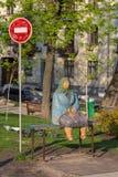 Kiev, Ukraine - 14 avril 2016 : Le monument a appelé le ` ` classique de grand-mère en parc de Shevchenko Photo stock
