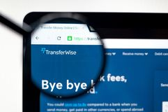 Kiev, Ukraine - 5 avril 2019 : Page d'accueil de site Web de TransferWise Logo de TransferWise ?vident photos libres de droits